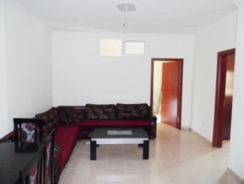 Apartament 2+1 me qera prane restorant Freskut ne Tirane. Shtepia ndodhet ne katin e 2-te te nje pa