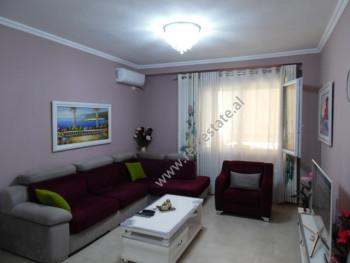 Apartament 2+1 per shitje prane Liqenit Artificial ne Tirane.  Ndodhet ne katin e 2-tete nje