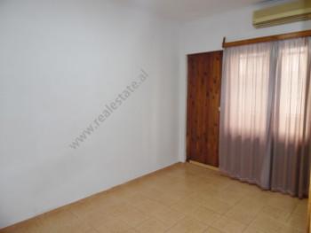Jepet apartament 2+1 per zyre me qera ne rrugen Luigj Gurakuqi ne Tirane. Ndodhet ne katin e dyte t