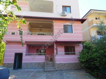 Vile 4-kateshe per shitje prane Ambasades Turke ne Tirane. Prona ka nje siperfaqe totale 336 m2 dhe