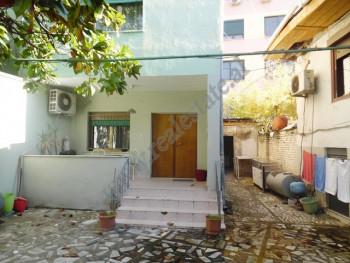 Vile 2 kateshe me qera ne rrugen Tefta Tashko Koco ne Tirane.  Vila ka nje hapesire prej 180 m2 te