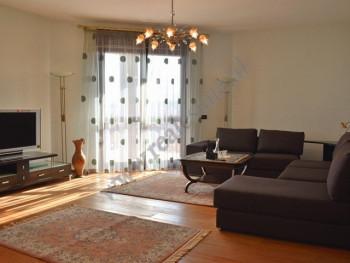 Apartament 2+1 me qira ne rrugen Abdi Toptani prane qendres tregtare Toptani ne Tirane. Pozicionohe