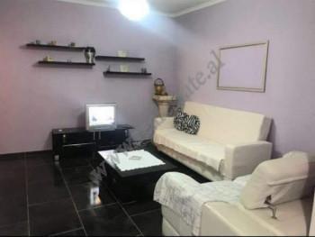 Apartament 2+1 me qira prane kryqezimit te rruges Bardhyl ne Tirane. Shtepia ndodhet ne katin e pes