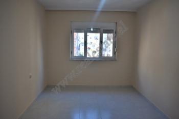 Apartament 2+1 me qera ne rrugen Myslym Shyri ne Tirane. Ndodhet ne katin e 5-te te nje pallati te