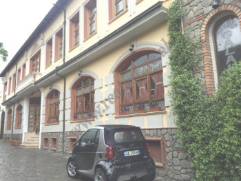 Shitet ndertese 3 kateshe ne rrugen Xhaferr Kongoli ne Elbasan. Ka nje siperfaqe trualli prej 358 m