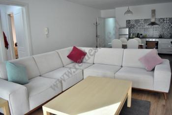 Apartament 2+1 me qera ne rrugen e Bogdaneve ne Tirane. Ndodhet ne katin e 7-te te nje pallati te r