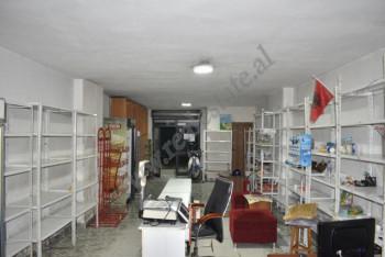 Jepet dyqan me qira prane Qendres Kristal ne Tirane. Ndodhet ne katin perdhe te nje pallati te ri.
