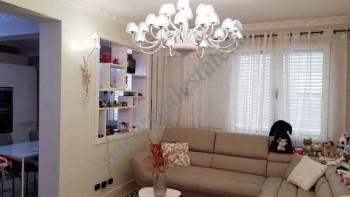 Apartament 2+1 per shitje ne zonen e Bllokut ne Tirane. Ndodhet ne katin e trete dhe te katert te n