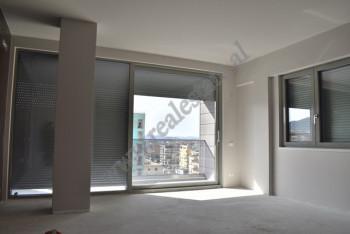 Apartament 2+1 me qira ne rrugen Janos Hunyadi ne Tirane. Prona ndodhet ne katin e nente te nje pal