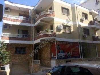 Vile 3 kateshe per shitje ne rrugen Gjon Buzuku ne Tirane. Ka nje siperfaqe trualli prej 388 m2 d