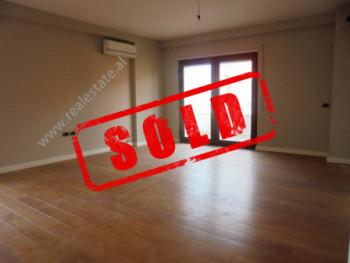 Apartament 3+1 ne shitje tek Liqeni ne Tirane ,ne ane te kopshtit Zoologjik. I pozicionuar ne kat te