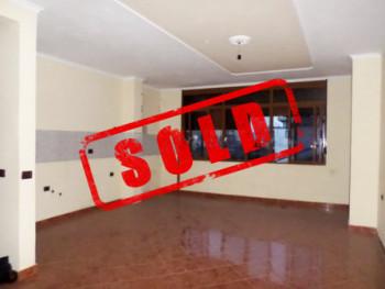Apartament 2+1 per shitje ne rrugen Beniamin Kruta ne Tirane.  Pozicionohet ne katin e 2-te te nje