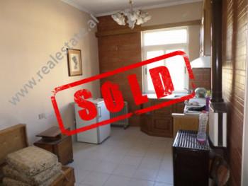 Apartament 2+1 per shitje ne rrugen e Durresit, ne Tirane.  Ndodhet ne katin e katert, jo te fundi