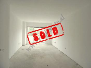 Apartament 1+1 per shitje ne rrugen Dritan Hoxha ne Tirane. Shtepia ndodhet ne katin e 4-rt te nje