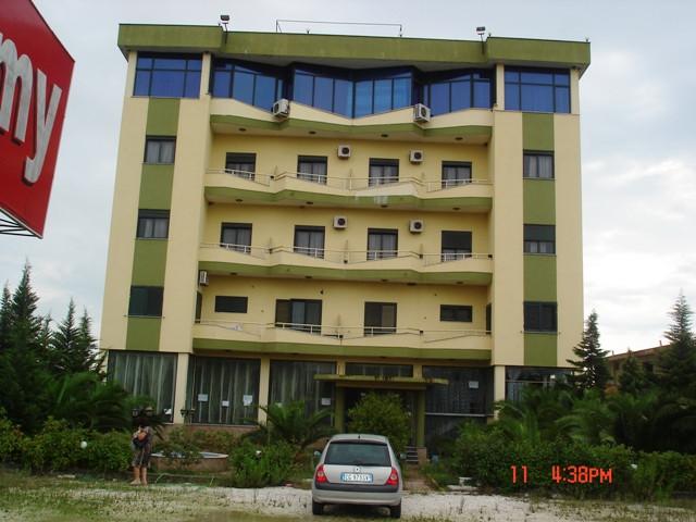 Hoteli ndodhet rreth 500 m larg malit te Robit.Ne buze te autostrades dhe eshte 2000 metra katror si