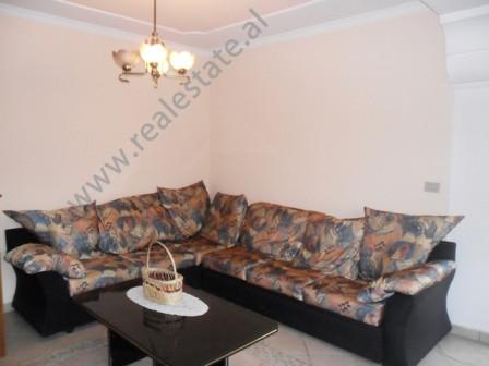 """Apartament 3+1 me qera perballe gjimnazit """"Petro Nini Luarasi"""" ne Tirane. Apartamenti m"""
