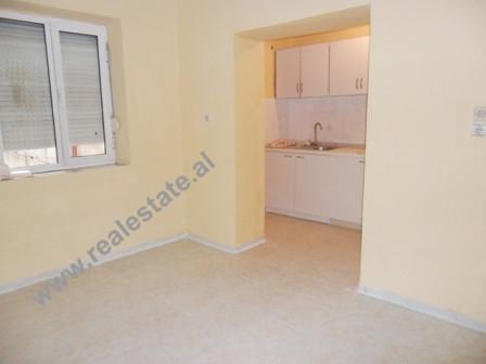 Apartament 3+1 me qera ne Tirane. Apartamenti ndodhet ne pallat ekzistues, buze rruges kryesore. Me