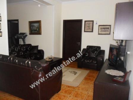 Apartament 2+1 me qera ne rrugen Reshit Collaku ne Tirane. Apartamenti ndodhet ne katin e V te nje p