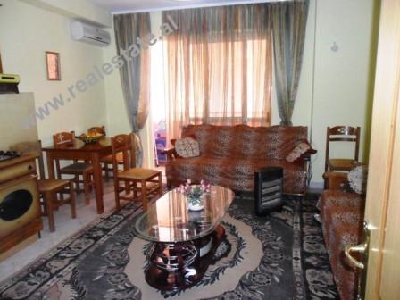 Apartament 1+1 ne shitje prane 21 Dhjetorit ne Tirane. Apartamenti pozicionohet ne katin e III te nj