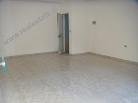"""Dyqan ne shitje te gjimnazi """"Petro Nini Luarasi"""" ne Tirane. Dyqani ndodhet ne katin e I"""