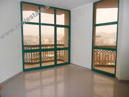 Apartament 3+1 me qera ne qender te Tiranes. Apartamenti ndodhet ne katin XI dhe XII te nje pallati