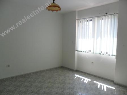 Apartament 2+1 me qera ne rrugen Ismail Qemali ne Tirane. Apartamenti eshte mjaft i pershtatshem pe