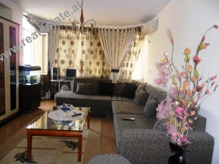Apartament 2+1 me qera te Komuna Parisit ne Tirane. Apartamenti ndodhet ne nje nga zonat me te popu