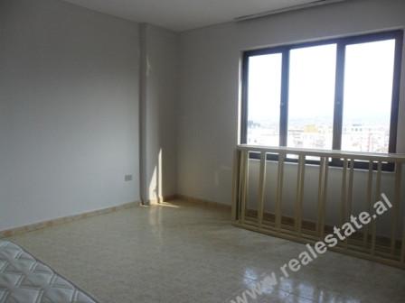 Apartament 3+1 me qera ne rrugen e Bogdaneve ne Tirane. Apartamenti ndodhet ne katin e IX-te te nje