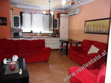Apartament 2+1 me qera mbrapa Gjimnazit te Gjuheve te Huaja ne Tirane. Apartamenti ndodhet ne nje l
