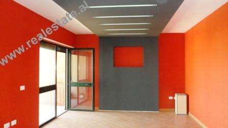 Apartament 3+1 me qera mbrapa Presidences ne Tirane. Apartamenti ndodhet ne nje zone mjaft te prefe