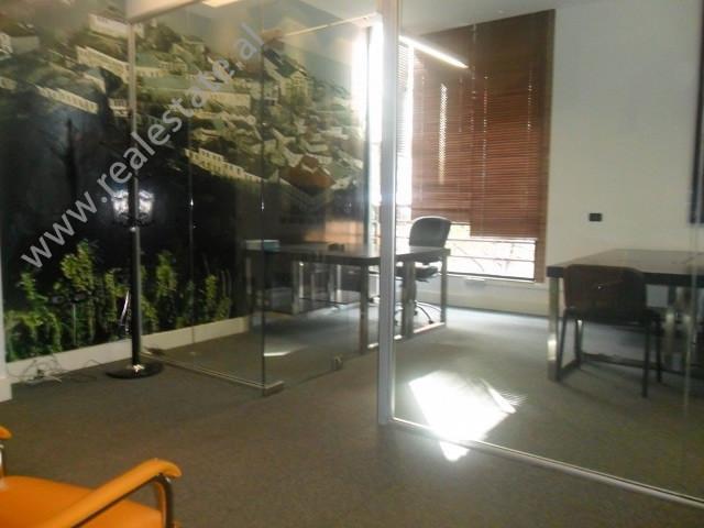 Zyre me qera ne rrugen Sami Frasheri , afer Liqenit dhe Parkut te Tiranes. Pozicionet me hyrje nga