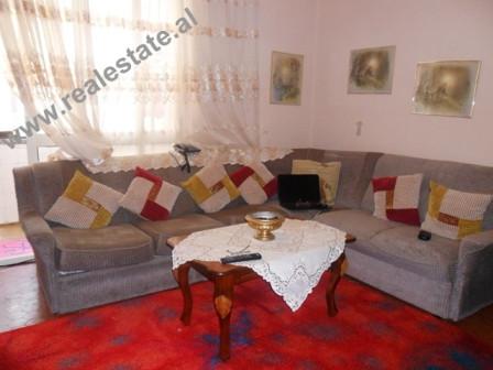 Apartament 3+1 me qera prane Gardes ne Tirane. Apartamenti ndodhet ne katin e IV-rt dhe te fundit t