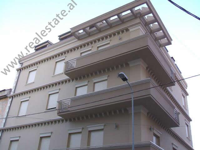 Ambjent zyrash me qera ne rrugen Qemal Stafa afer Prokurorise se Pergjithshme ne Tirane. Zyrat ndod