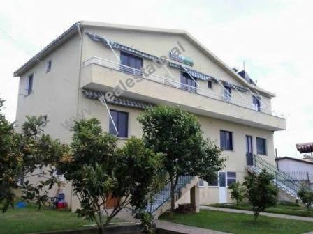 Hotel ne shitje te Gjiri i Lalzit. Godina eshte ndertuar ne vitin 1995, e projektuar per hotel. Shtr