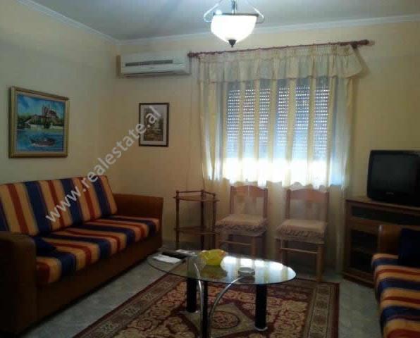 Apartament 1 + 1 me qera ne rrugen e Elbasanit ne Tirane. Apartamenti ndodhet ne katin e trete te n