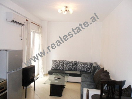 Apartament 1 + 1 me qera ne rrugen Peti ne Tirane. Apartamenti ndodhet ne katin e dyte te nje palla