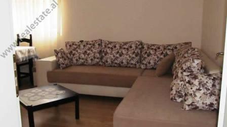 Apartament 2+1 me qera prane ish-Restorant Durresit ne Tirane. Pallati ndodhet ne nje lagje te vjet