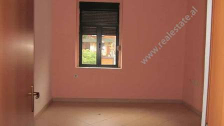 Apartament 2+1 me qera per zyra ne Tirane. Apartamenti ndodhet ne katin e II-te te nje pallati te v