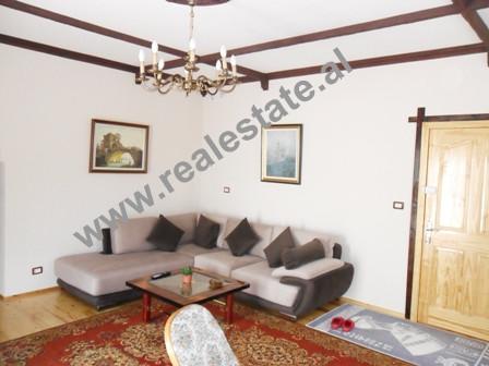 Apartament 1 + 1 me qera prane rruges Peti ne Tirane. Apartamenti ndodhet ne katin e pare te nje vi