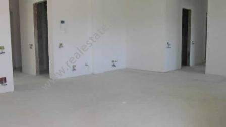 Apartament 2+1 ne shitje ne zone rezidenciale jashte qytetit te Tiranes. Apartamenti ndodhet prane