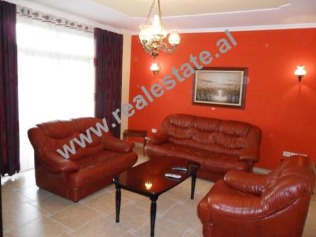 Apartament 2 + 1 me qera ne rrugen Konstandin Kristoforidhi ne Tirane. Shtepia ndodhet ne katin e 1