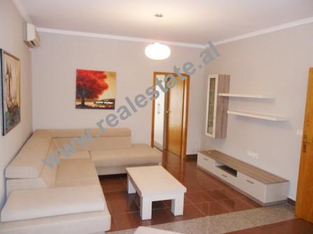 Apartament me qera prane rruges Bardhyl ne Tirane. Banesa ndodhet ne katin e 4-rt dhe te fundit te