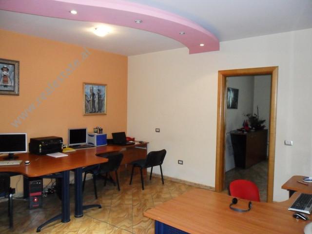 Apartament 1+1 e mobiluar per zyre me qera tek Zogu i Zi ne Tirane.Pozicionohet ne katin e katert te