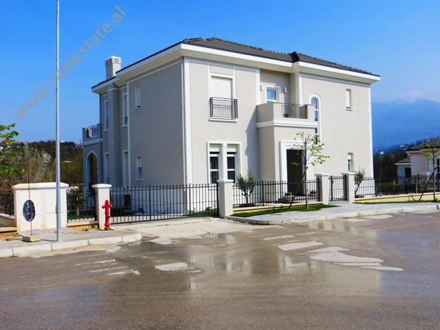 Vile per shitje ne nje kompleks residencial vilash ne periferi te Tiranes. Kompleksi i vilave mbahe