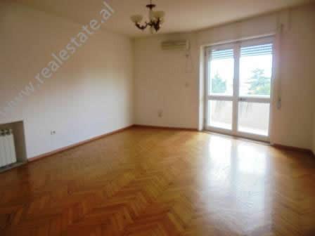 Apartament 2+1 i pamobiluar me qera ne Tirane.Ambjenti ndodhet ne brendesi te zones se Ambasadave ne