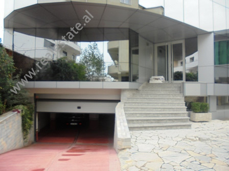 Godine 5-kateshe me qera prane rruges se Elbasanit ne Tirane.Ndertesa eshte e pozicionuar pas Ambasa
