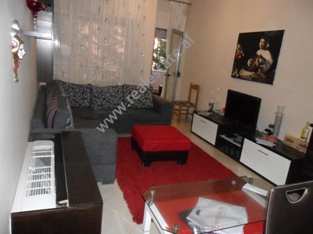 Apartament me qera ne rrugen Peti ne Tirane. Pozicionohet ne katin e 1-re ne nje kompleks te ri pal