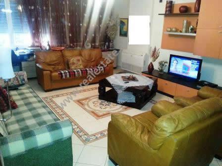 Apartament me qera ne rrugen Faik Konica ne Tirane. Pozicionohet ne katin e 3-te ne nje pallat te r
