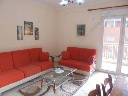 Apartament me qera prane rruges Myslym Shyri ne Tirane. Pozicionohet ne katin e 3-te ne nje pallat