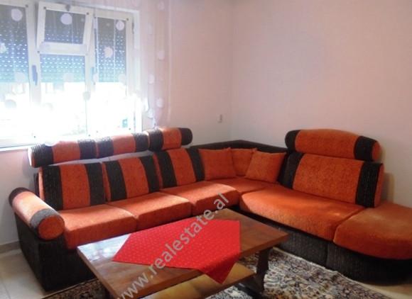 Apartament me qera ne rrugen Mehmet Brocaj ne Tirane.Ndodhet ne katin e pare te nje vile 2 kateshe,